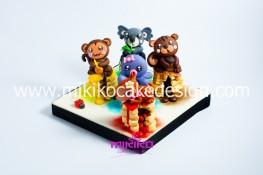 5 animaletti stile Kawaii seduti su biscotti con dentro dolcissimi smarties