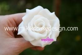 Rosa in pasta di zucchero bianca
