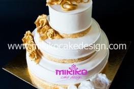 immagine di una torta realizzate per il 50° anniversario di matrimonio ricoperta in pasta di zucchero