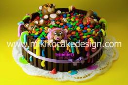 Immagine di una torta con smarties e kitkat fatta per il mio compleanno