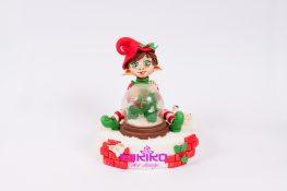 Immagine con l'Elfo di Natale con palla in gelatina e decorazioni in ghiaccia reale